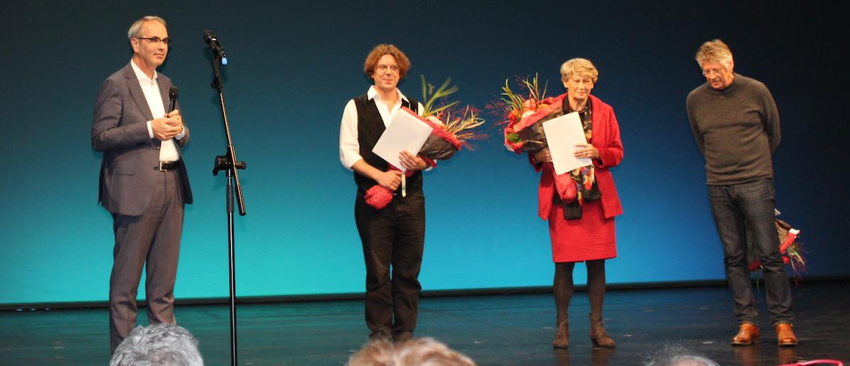 Trockene Feier im Theater: Stadtpräsident Beat Züsli mit Musiker Christov Rolla, Übersetzerin Ute Birgi-Knellessen sowie Künstler Peter Roesch.