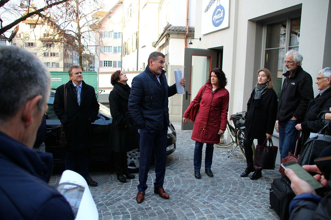 Stadtrat André Wicki und rund ein Dutzend Zuger Gemeinderäte und -rätinnen besichtigten als Erste die Gebäude.