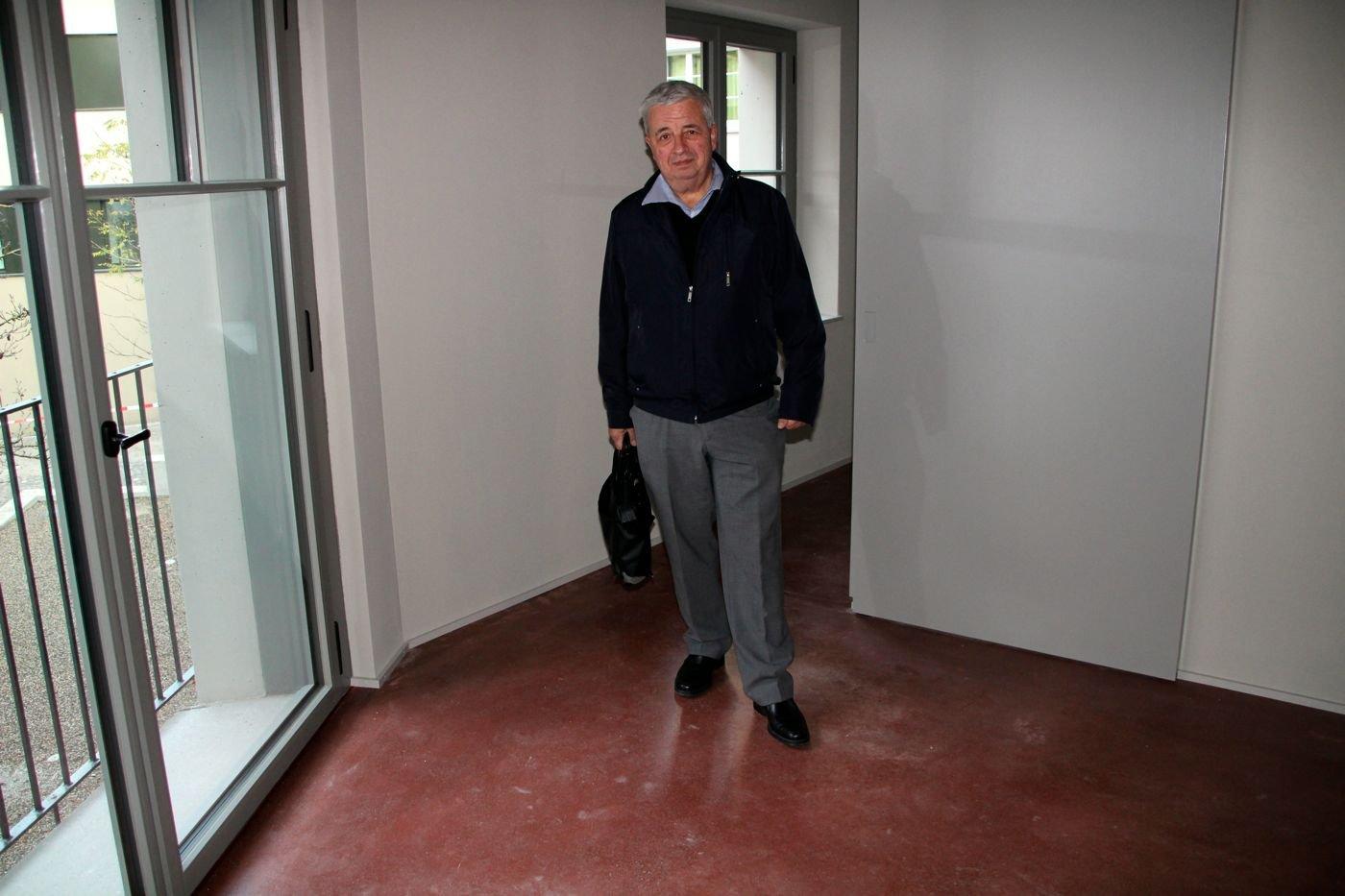 Gemeinderat Peter Rütimann in einem der WG-Zimmer. Der Boden besteht aus Hartbeton, der rot eingefärbt wurde.