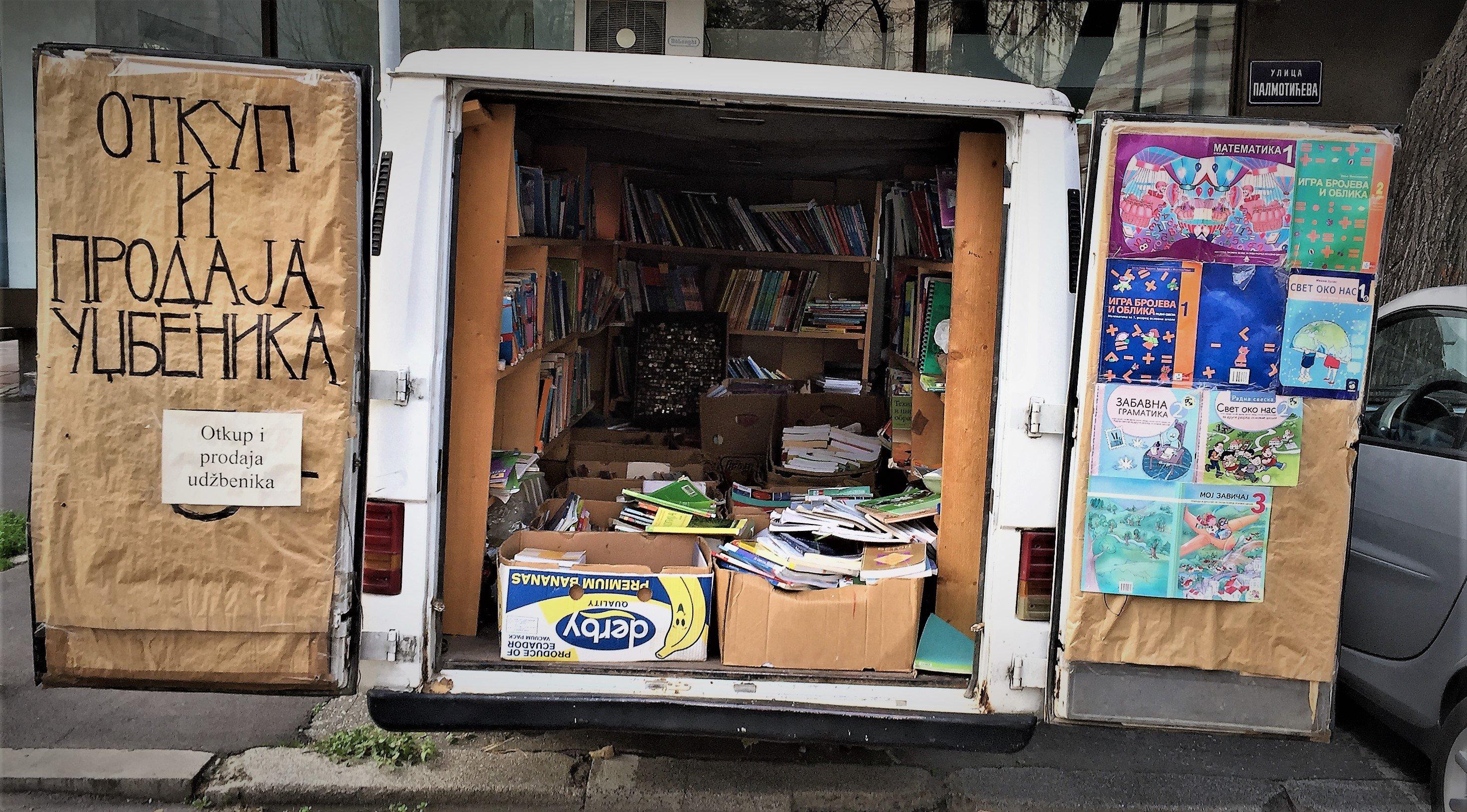 Ulica Kosovska: Vor den Schulhäusern stehen Busse voller Bücher herum.