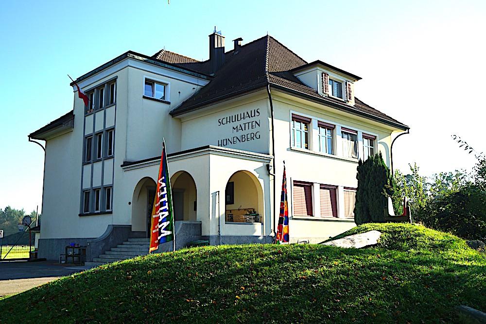 Das Schulhaus Matten wurde 1933 durch den Zuger Architekten Emil Weber erbaut. Aus architekturhistorischer Sicht dokumentiert der Bau geradezu exemplarisch den Übergang vom Späthistorismus zur frühen Moderne.