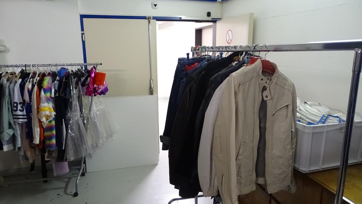 Im Keller des Gersag stehen Kleider und Requisiten.