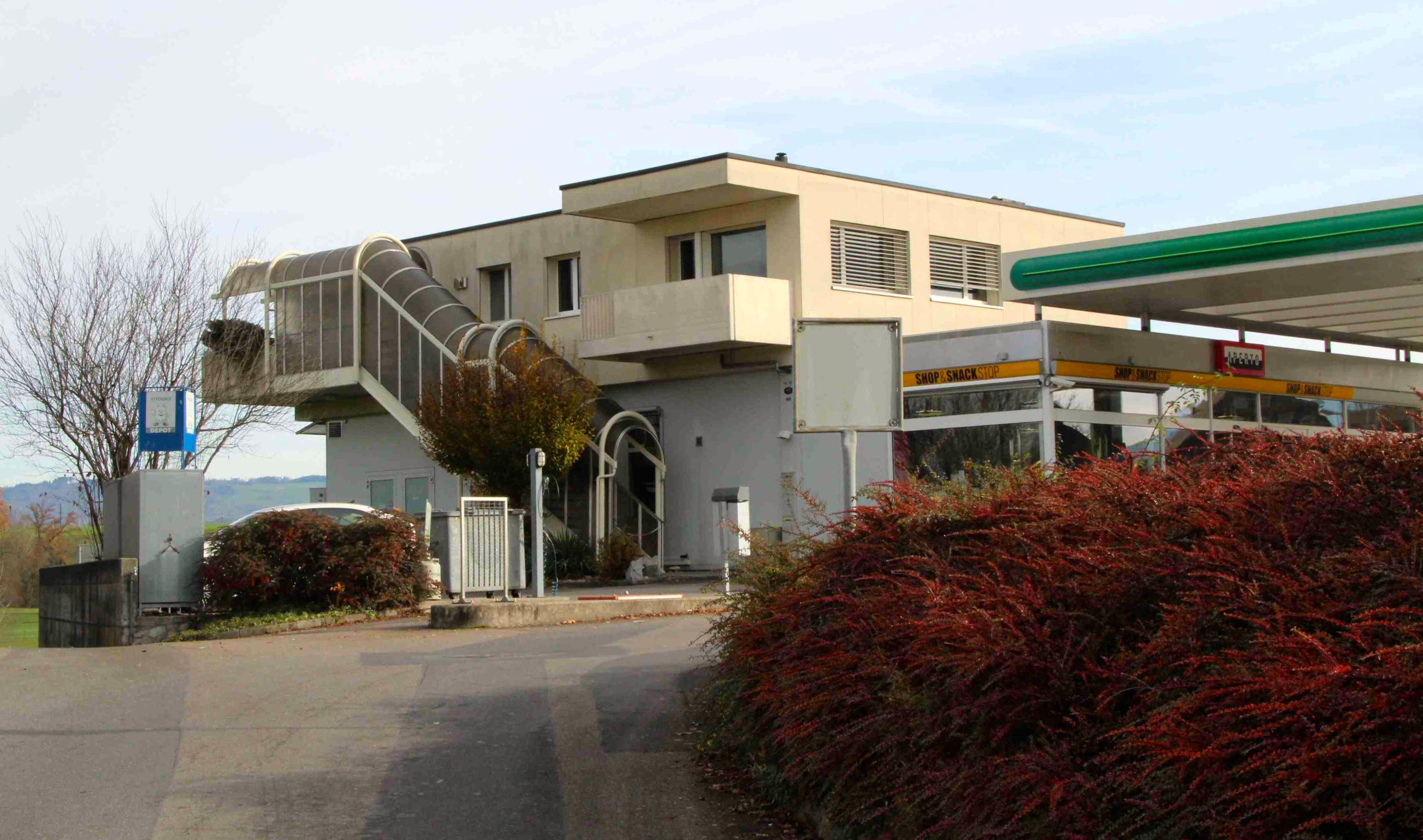 In diesem Teil der Liegenschaft wohnt der Garagenbesitzer mit seiner Frau.