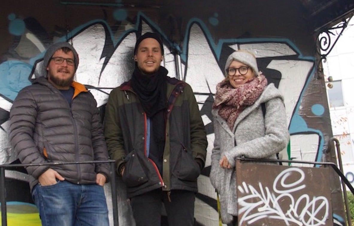 Die Initianten des «Café am Gleis»: Kai Imholz, Fabio Fölmli und Laura Hürlimann (v. l.) vor ihrer zukünftigen Werkstätte.