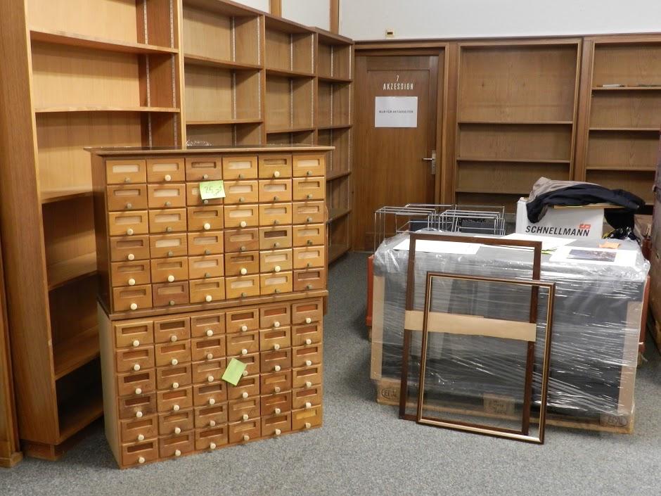 Alte Zettelkästen stehen zum Verkauf