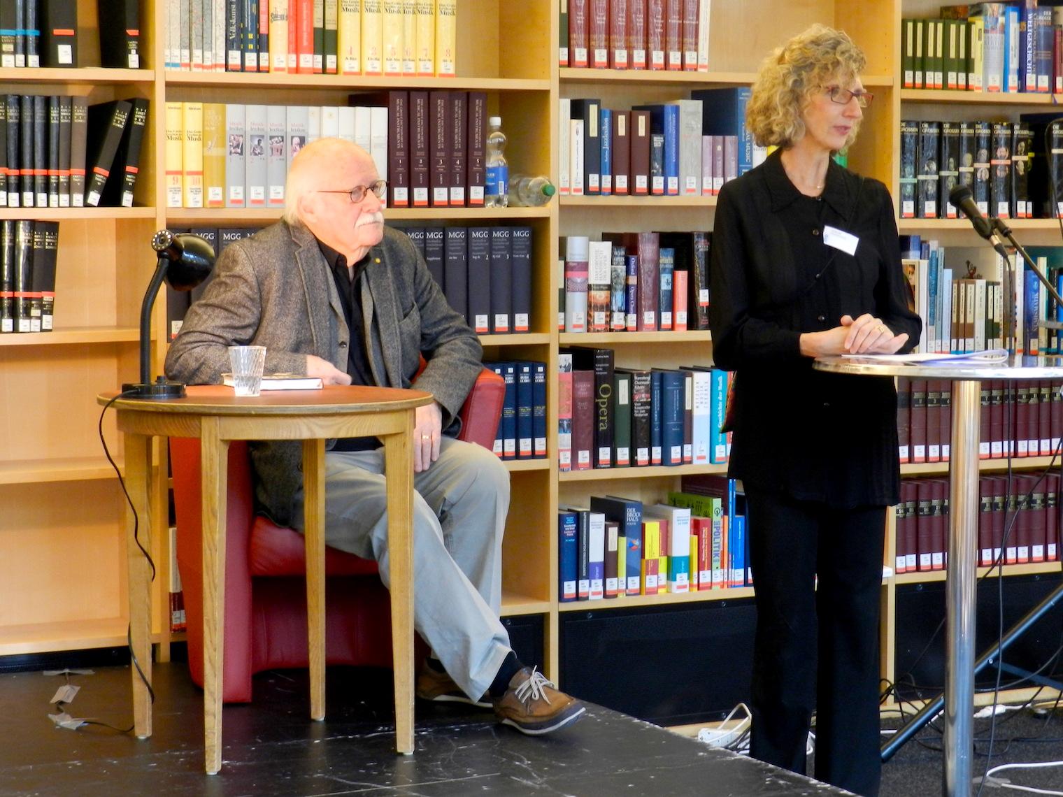 Der Autor Heinz Stalder mit Ina Bruecker von der ZHB.