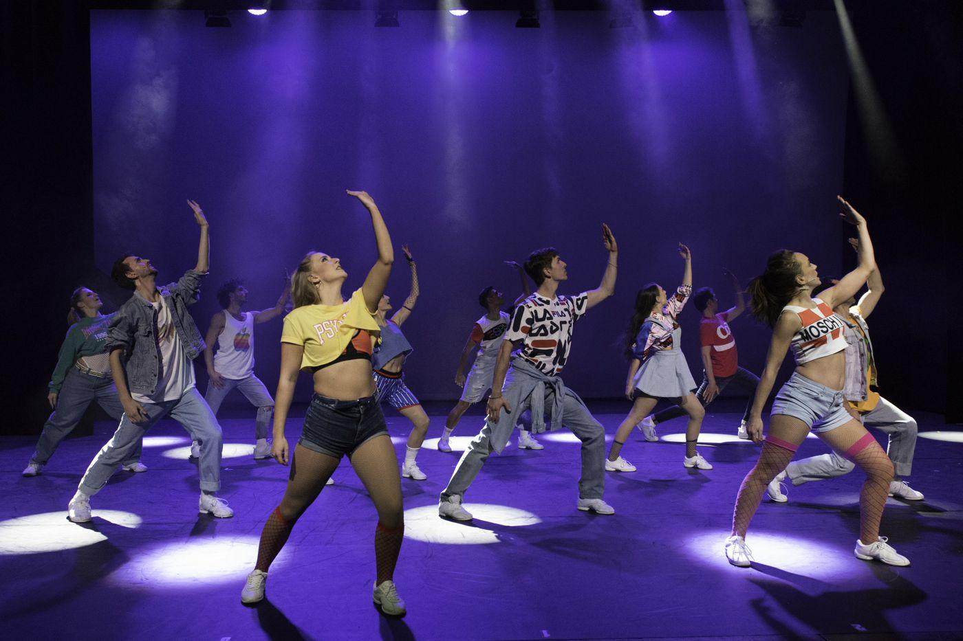 Tänzerinnen und Tänzer der Tanzschule bei einer «Aufführung» für das Dorffest.