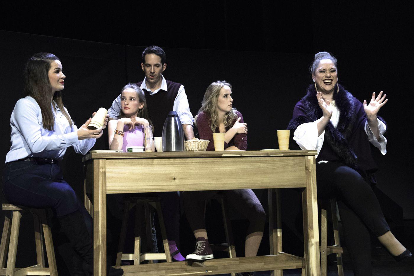 Der Beziehungsknatsch beginnt: Mutter Laura, Tochter Leonie, Vater Julian, Tochter Sara und Grossmutter Susanne beim Brunch.