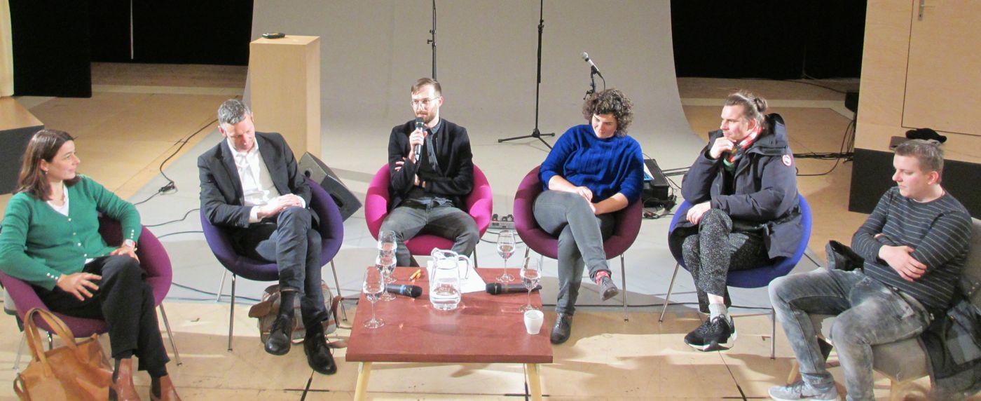 Podiumsgespräch mit Prof. Dr. Christine Abbt, Beat Rüdt, Moderator Hannes Oppermann, Korintha Bärtsch, Roland Jurczok und Armin Stalder (v.l.).