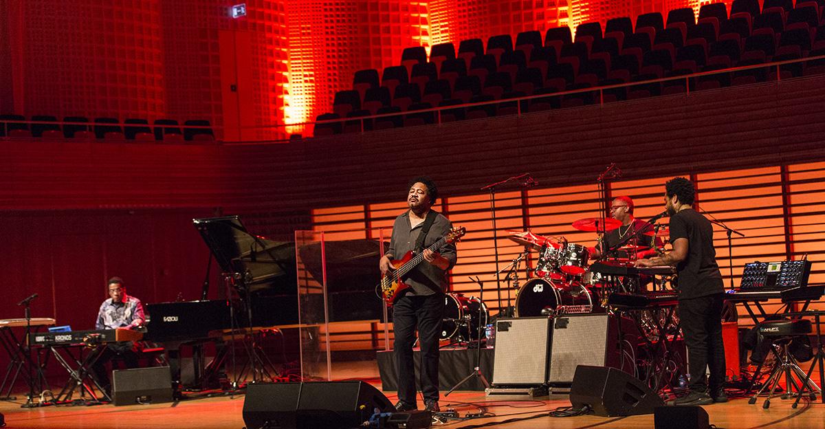 Improvisation, viel Konzentration und vollfetter Sound: das Herbie Hancock Quartett mit Terrace Martin (ganz rechts).