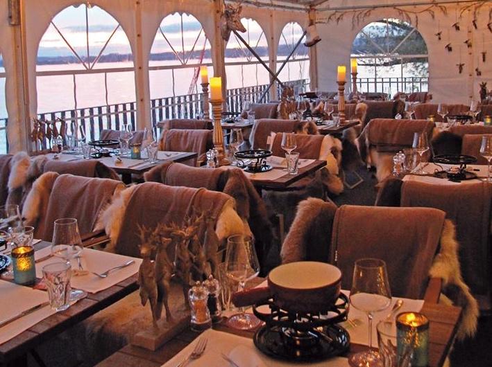 Stylisch, ein wenig zugig: Nordisches Zelt beim Hafenrestaurant in Zug.