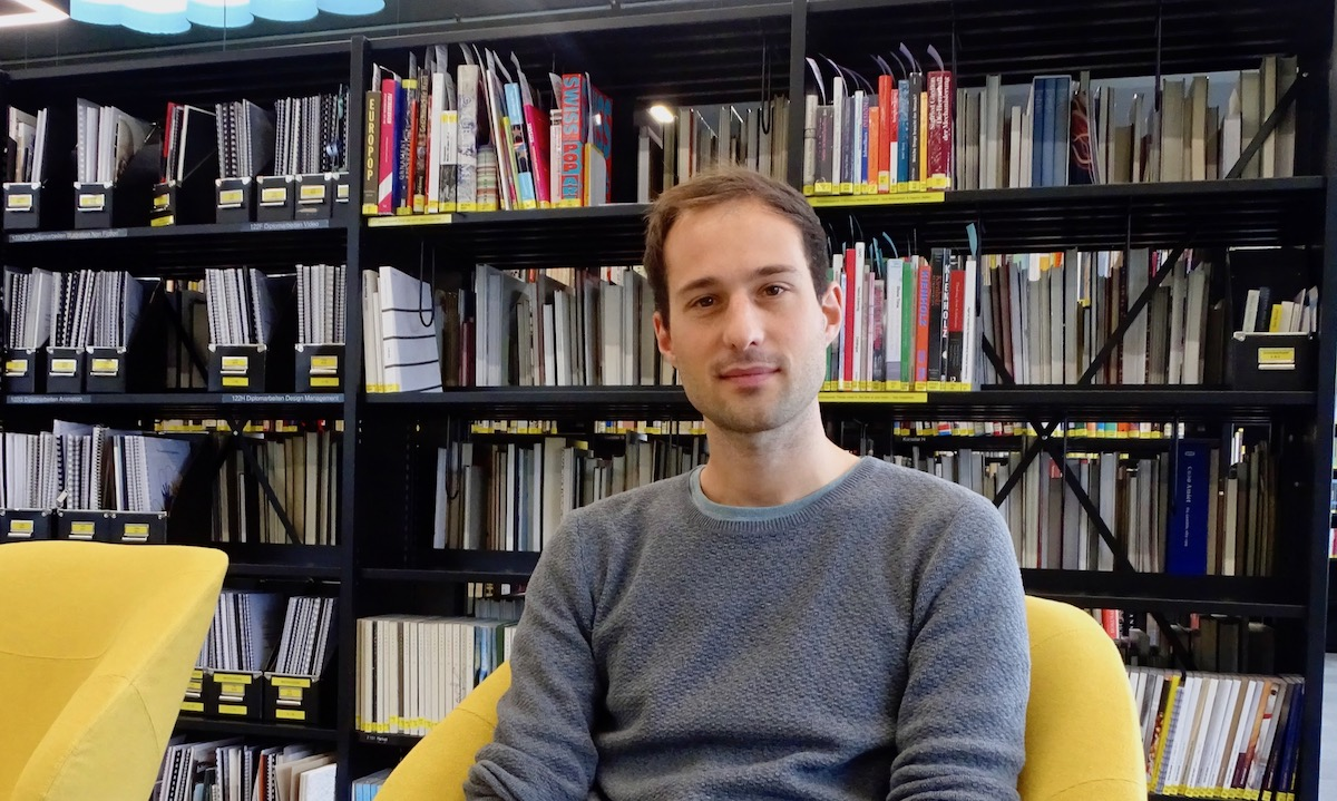 Dokumentarfilmer Matteo Gariglio in der Bibliothek der Hochschule für Kunst und Design.