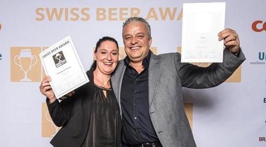 Sie verarbeiten nicht nur Holz, sondern machen in Ruswil auch sehr gutes Bier: Petra und Emmanuel Hüsler von Hüttenbräu.