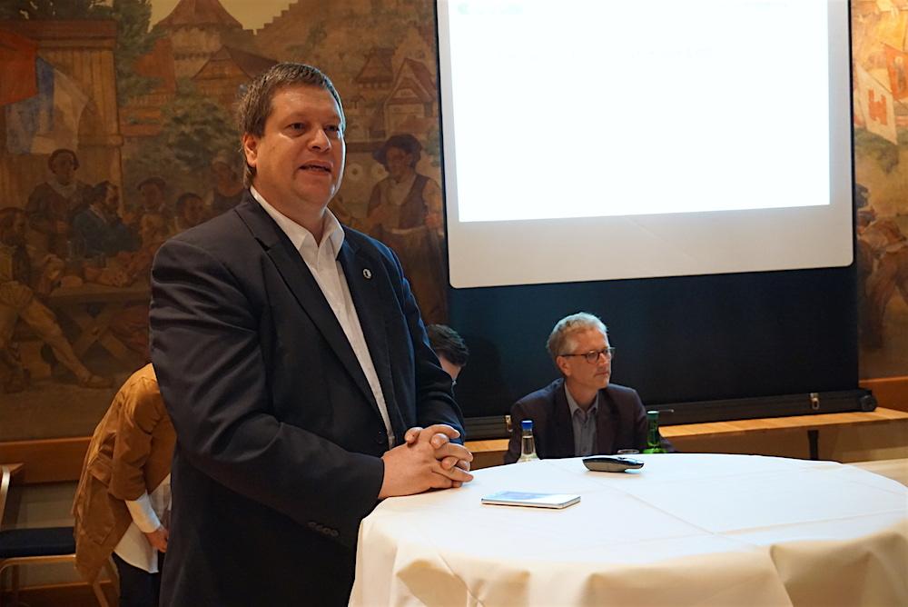 Parteipräsident Peter With (im Vordergrund) argumentierte für eine Kandidatur, Marcel Lingg (hinten sitzend) kämpfte dagegen. (Bild: jal)