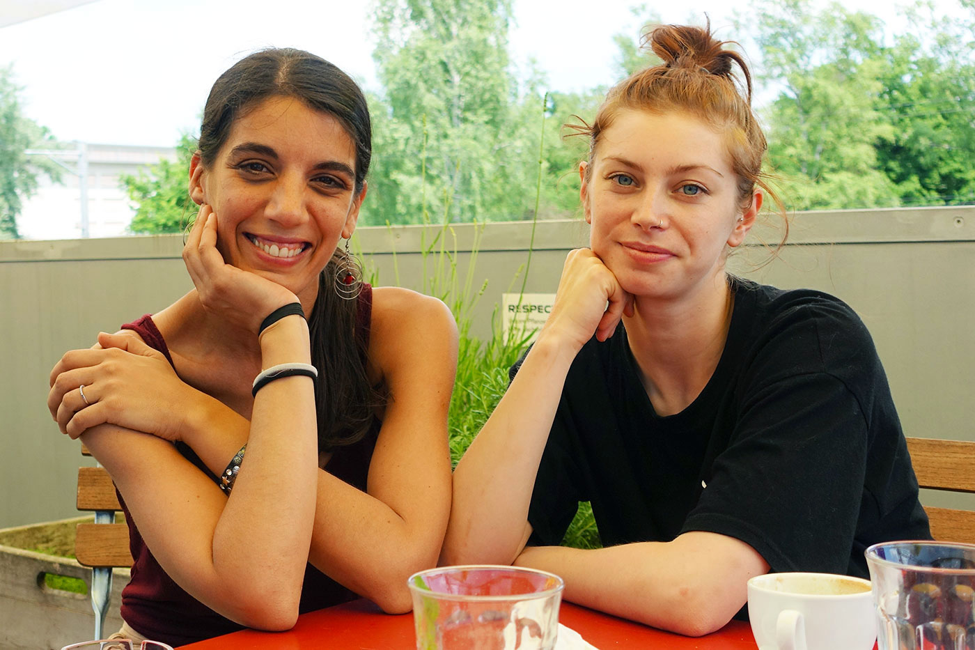 Probepause: Salome Martins (links) und Rachel Lawrence auf der Südpol-Terrasse.