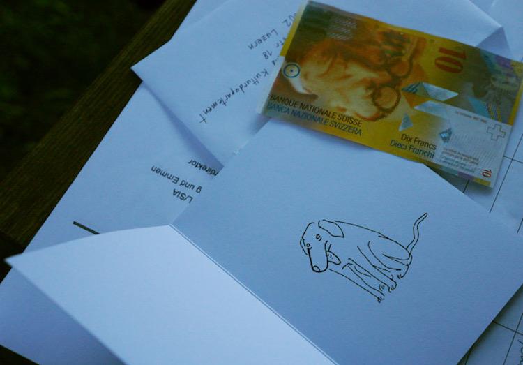 Etwas Geld wird, wie bei Kondolenzschreiben üblich, in den Umschlag an Reto Wyss gepackt.