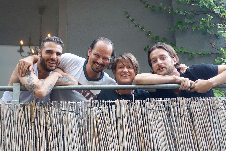 Luca Vallante (ganz links) undPatrique Etter (ganz rechts) übernehmen die Gewerbehalle. Steff Chiovelli und Barbara Glenz geben den Schlüssel ab.