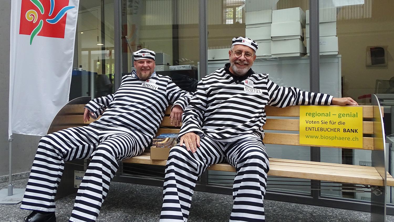 Strafe absitzen: Christian Ineichen (links) und Theo Schnider von der Biosphäre Entlebuch auf ihrer beschlagnahmten Bank im Luzerner Stadthaus.