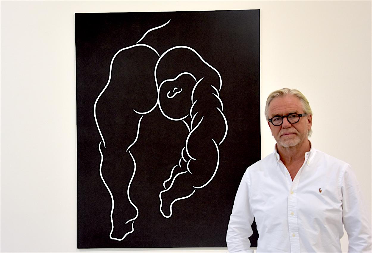 Urs Meile in seiner Galerie vor einem Werk von Aldo Walker: Ohne Titel (Standbein-Spielbein), 1985-1986.