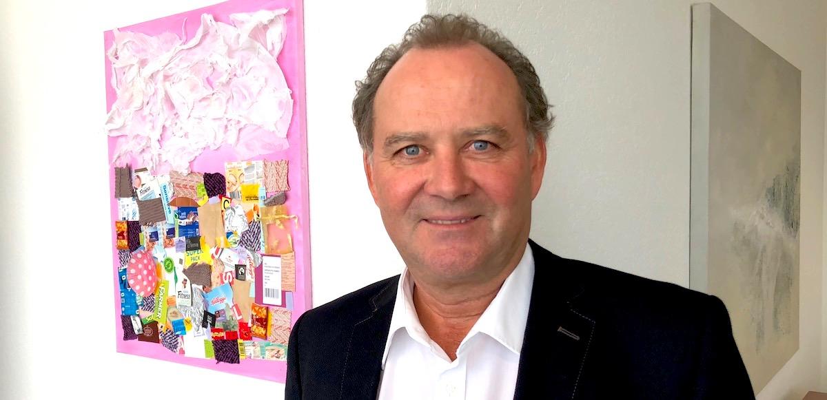 Segelfan und Mann der Kultur: Felix Meyer vor dem Kunstwerk seiner Göttitochter (links) und dem «Tal»-Gemälde von Martin Wenger.
