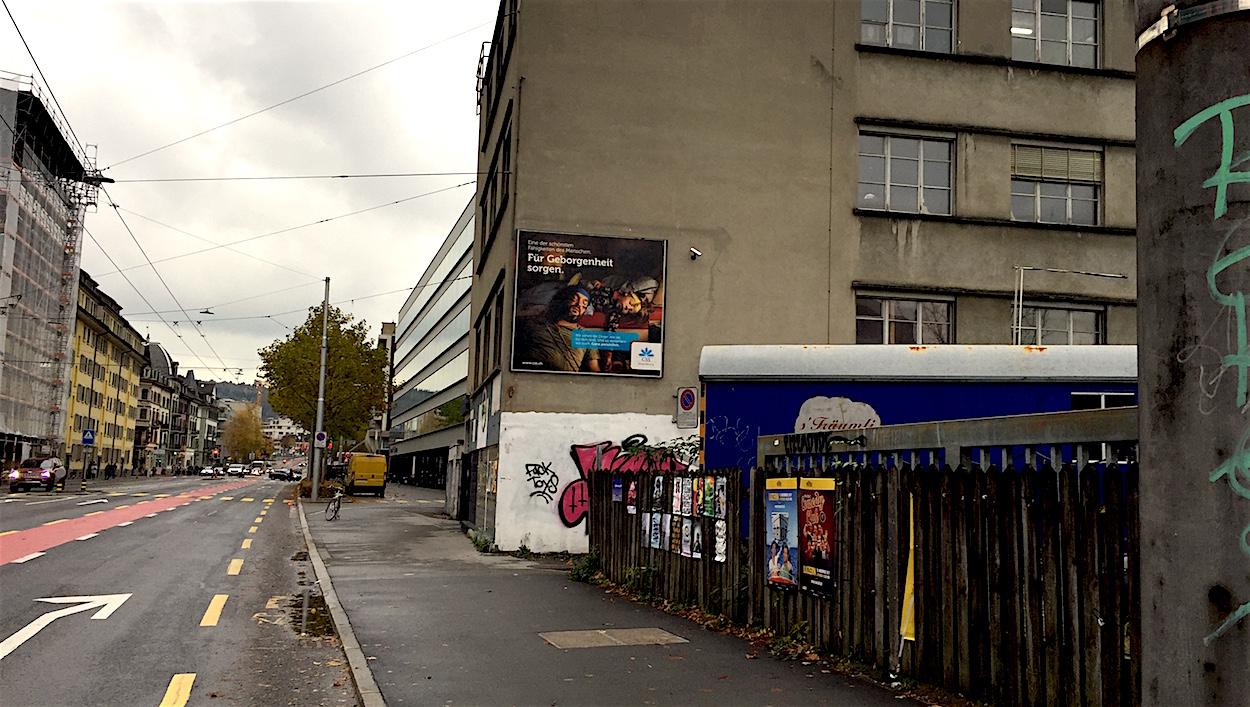Das umstrittene Gewerbegebäude mit der CSS-Werbung, dahinter der Hauptsitz der Versicherung im Tribschenquartier.
