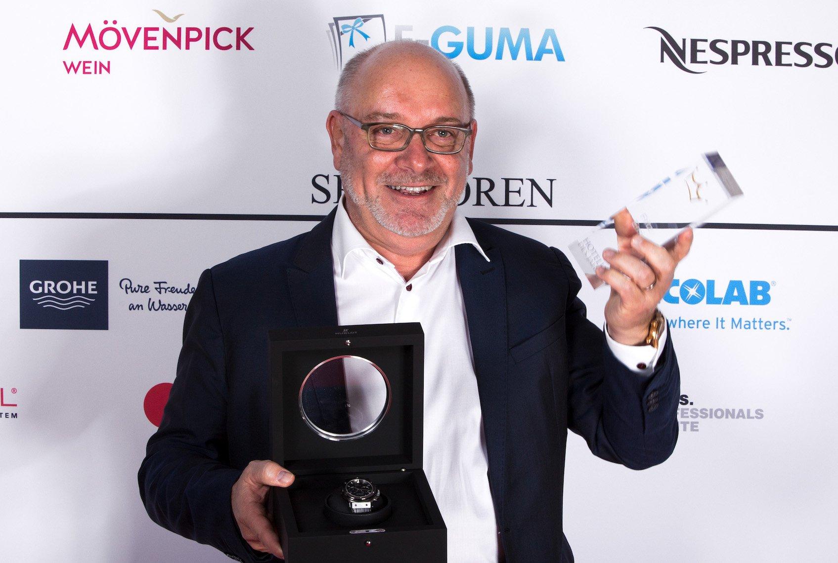 Fritz Erni holt in Basel seine Auszeichnung ab.