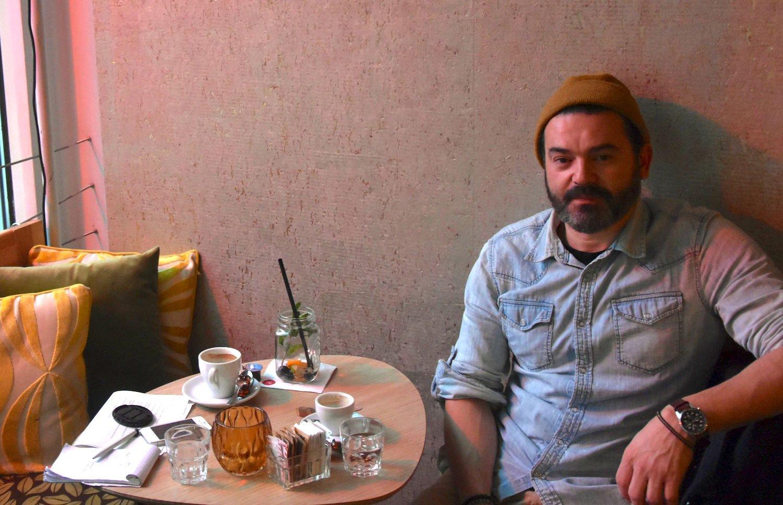 Harun Dogan in einem Zürcher Café.