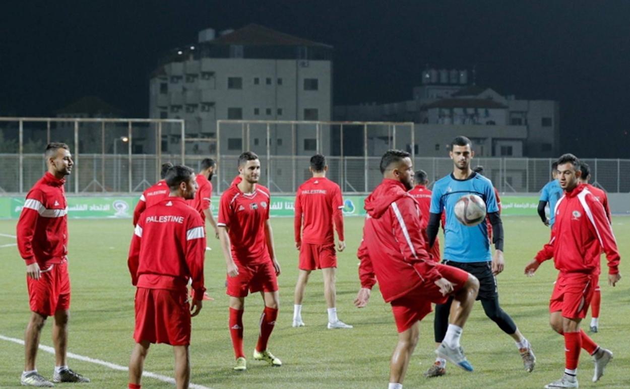 An Trainings inmitten seiner Nationalmannschaftskollegen muss sich Saleh Chihadeh (dritter von links) noch gewöhnen.