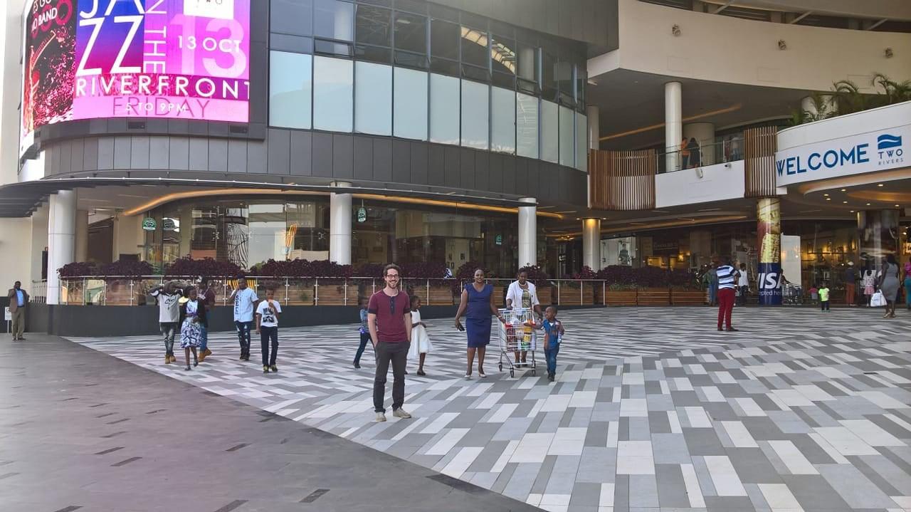 Eingangsbereich der eben erst eröffneten Two Rivers-Mall.