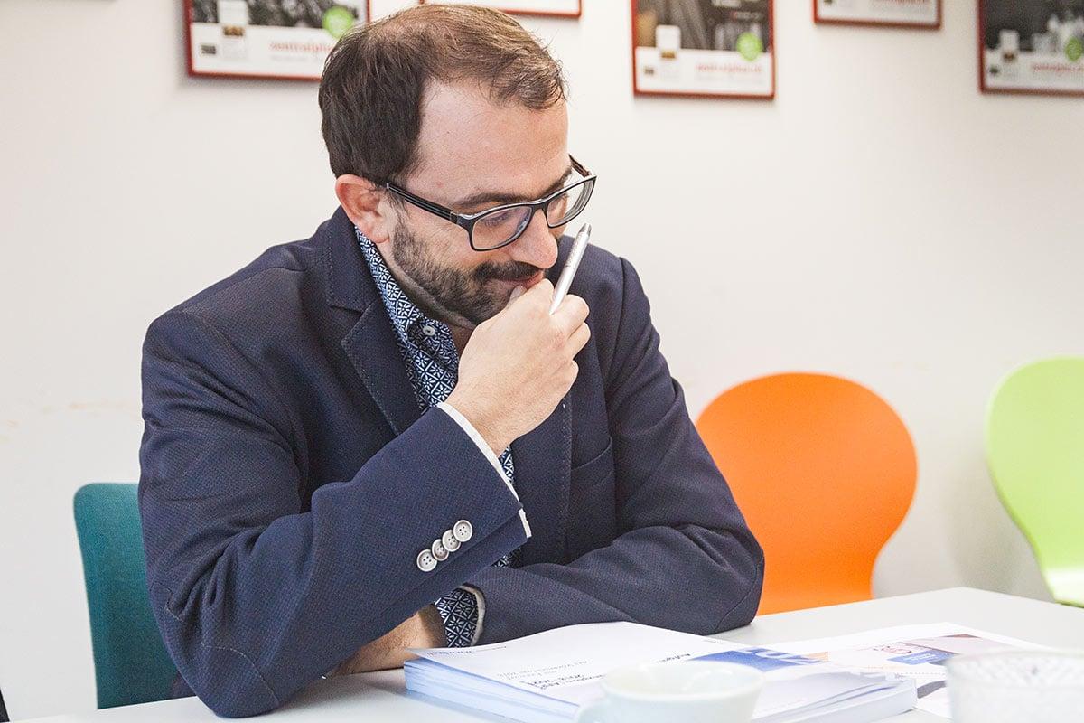 Adrian Nussbaum studiert die finanzpolitischen Perspektiven des Kantons.