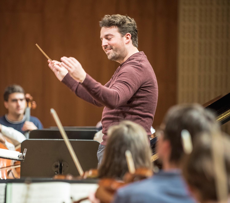 James Gaffigan braucht keine Worte, um dem Orchester seine Freude zu zeigen.