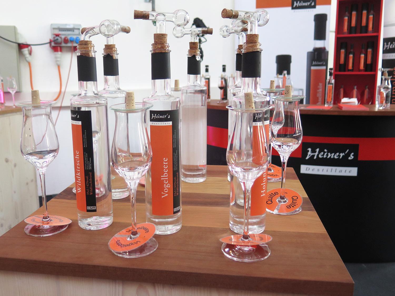 Traditionelle, aber auch eher exotische Destillate warten darauf, probiert zu werden.