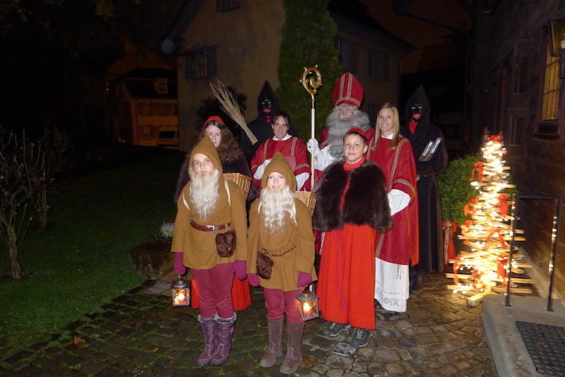 Sind jeweils zu neunt unterwegs: Die verschiedenen Gruppen des Hofsamichlaus mit den Zwergen, den Ministranten, den Diakonen und den Schmutzlis.