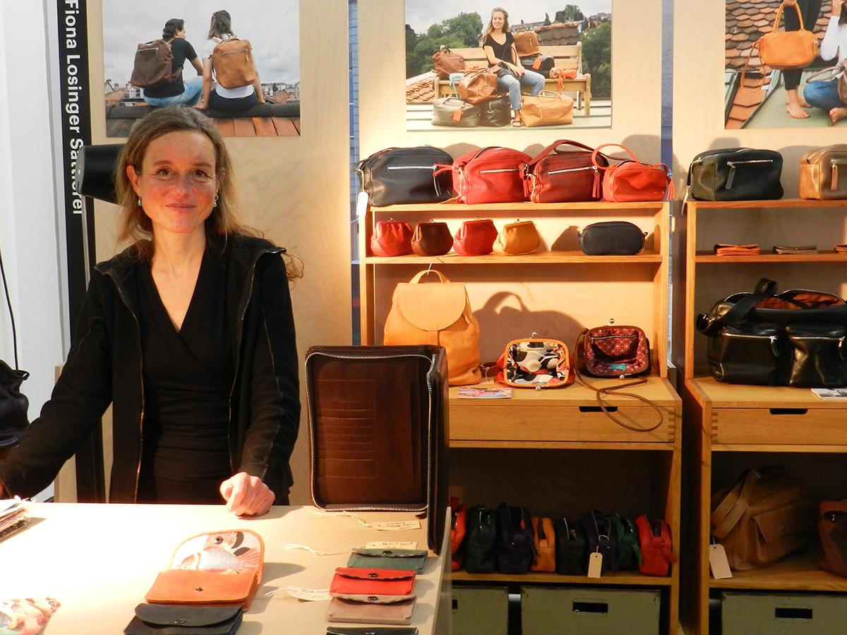 Produkte aus dem Sattleratelier: Geschäftsführerin Ursula Häni.