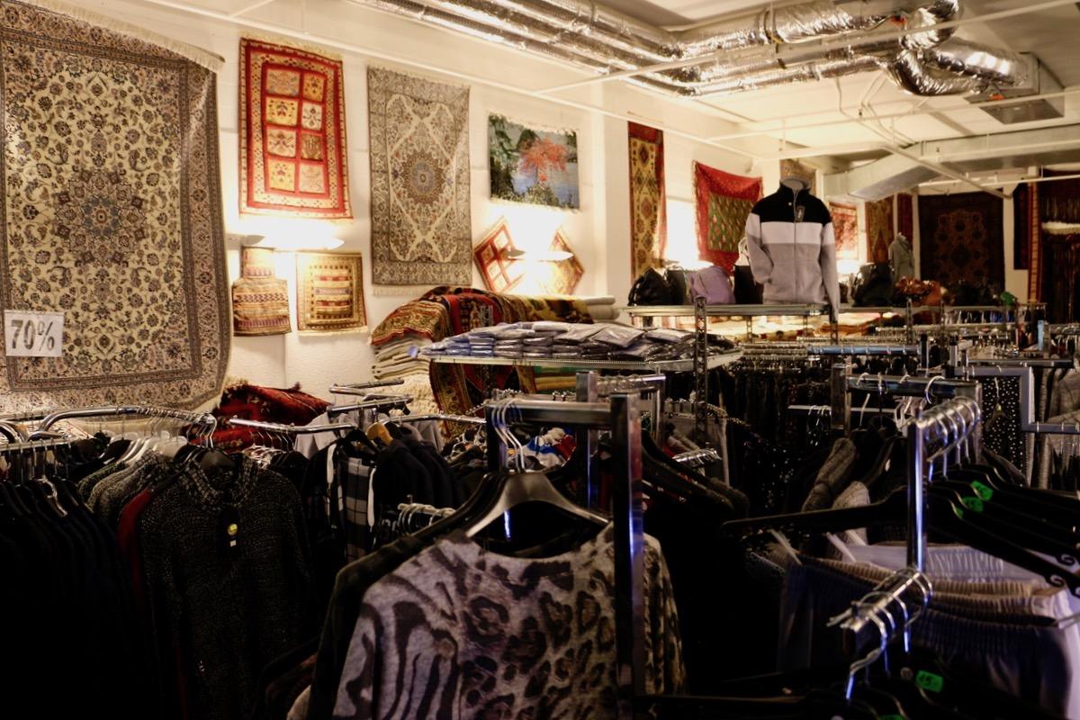 Orient-Teppiche und Kleidungsstücke buhlen um die Aufmerksamkeit des Kunden.