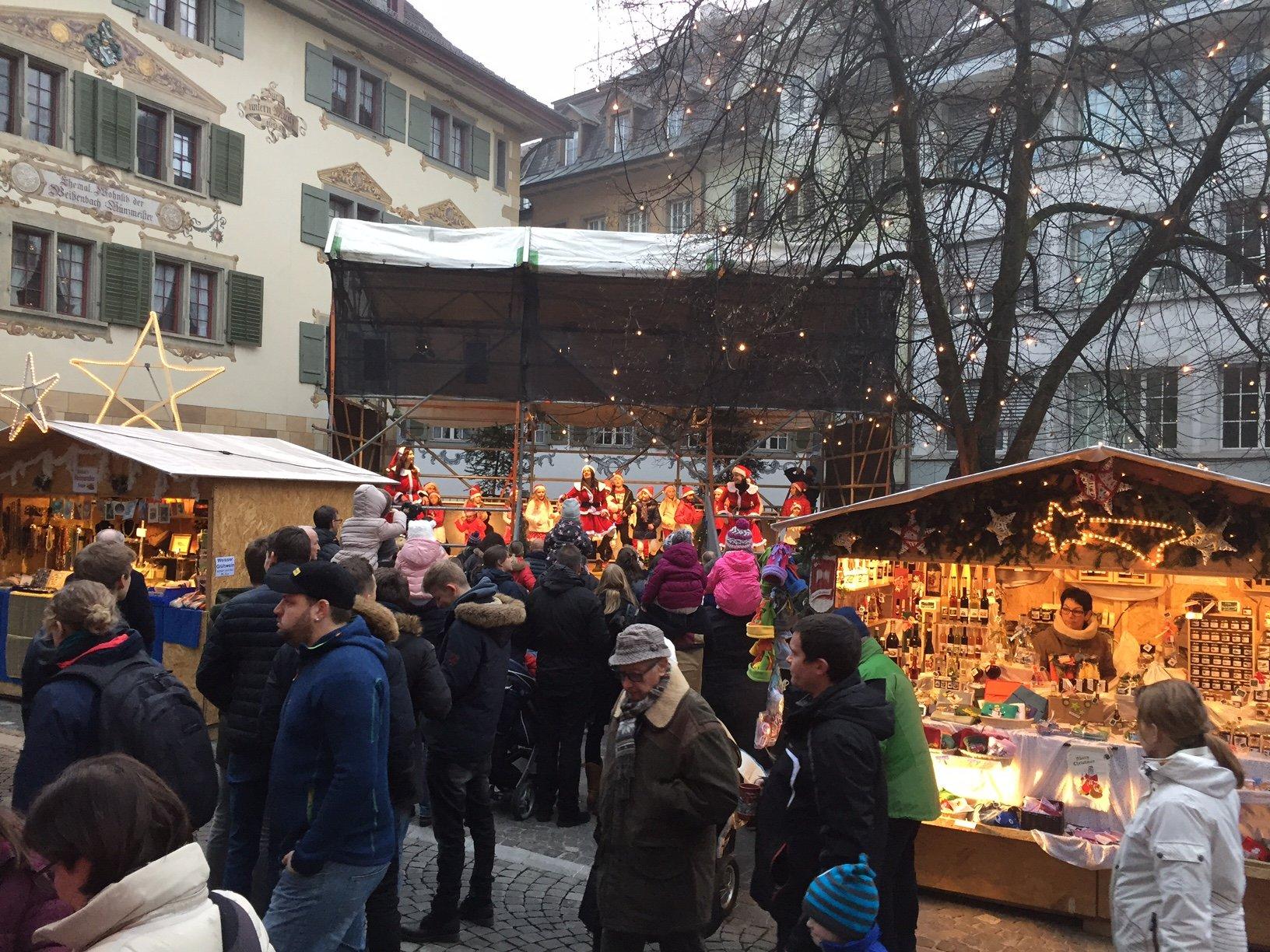 Impression vom letztjährigen Weihnachtsmarkt. Auf der Bühne neben dem Haus zur Münz finden Konzerte und Darbietungen statt.