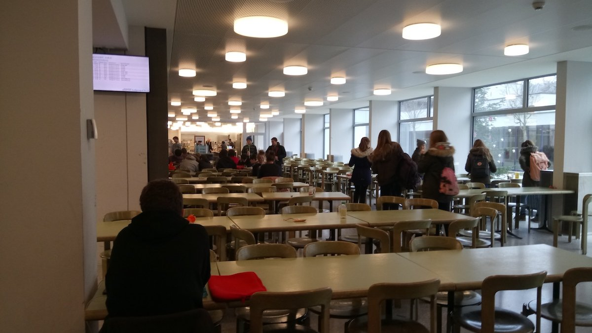 Viele leere Tische zur Mittagszeit in der Mensa der Kantonsschule Alpenquai.
