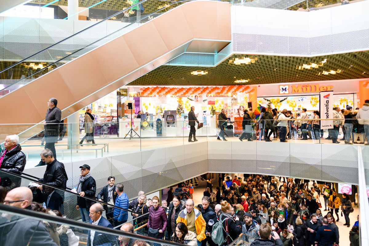 Der Andrang bleibt in der Mall of Switzerland – auch nach der Eröffnung.