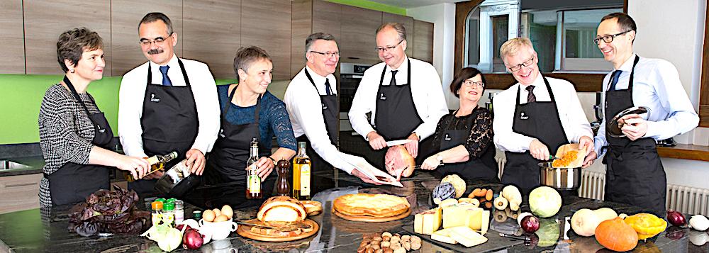 Haben sichtlich Spass miteinander: Die Fribourger Regierungsräte beim Kochen.