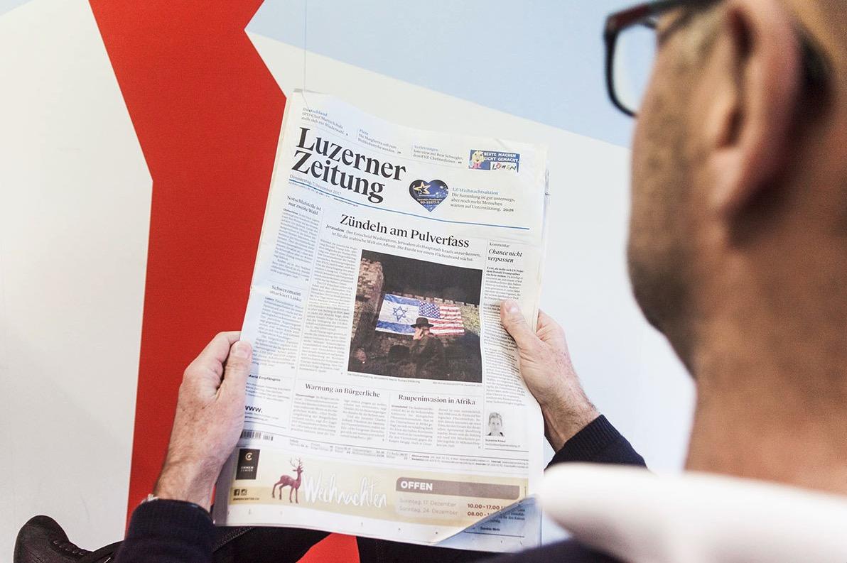 Ein Leser studiert die «Luzerner Zeitung».