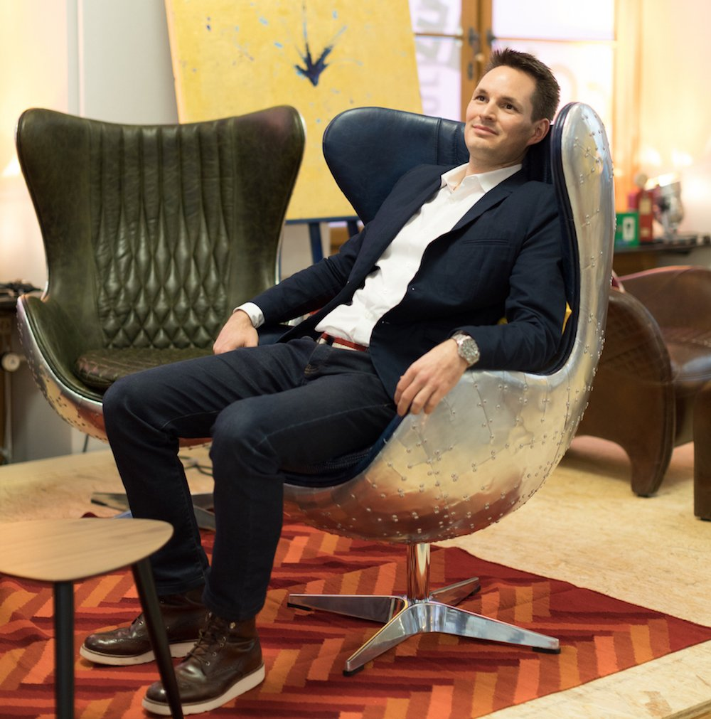 Office Lab Projekleiter Timothy Graf posiert in einem der Sessel.