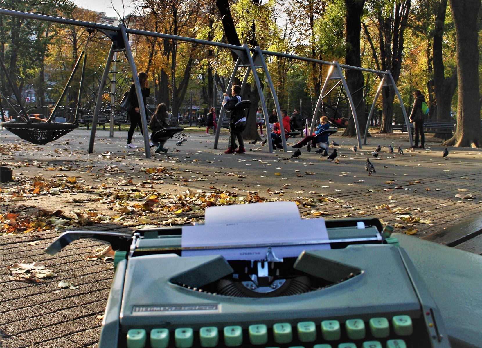 Mit Hermes-Baby und Polaroidkamera im Park unterwegs.