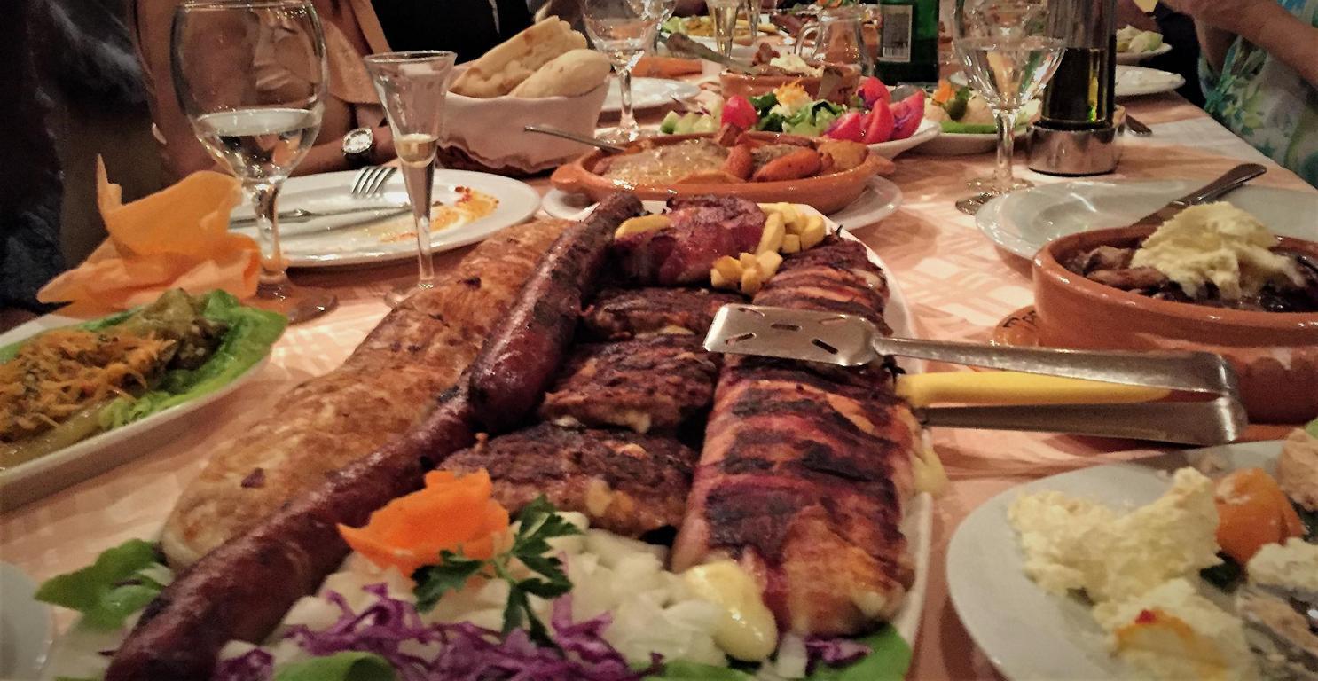 Fleischplatte als Hauptspeise im traditonellen Restaurant.