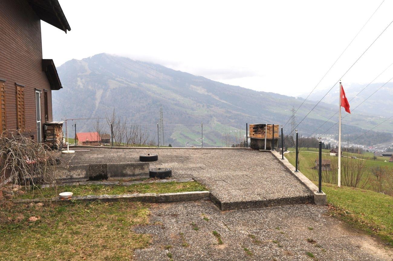 Der Gartensitzplatz neben dem Haus vor dem Rückbau.