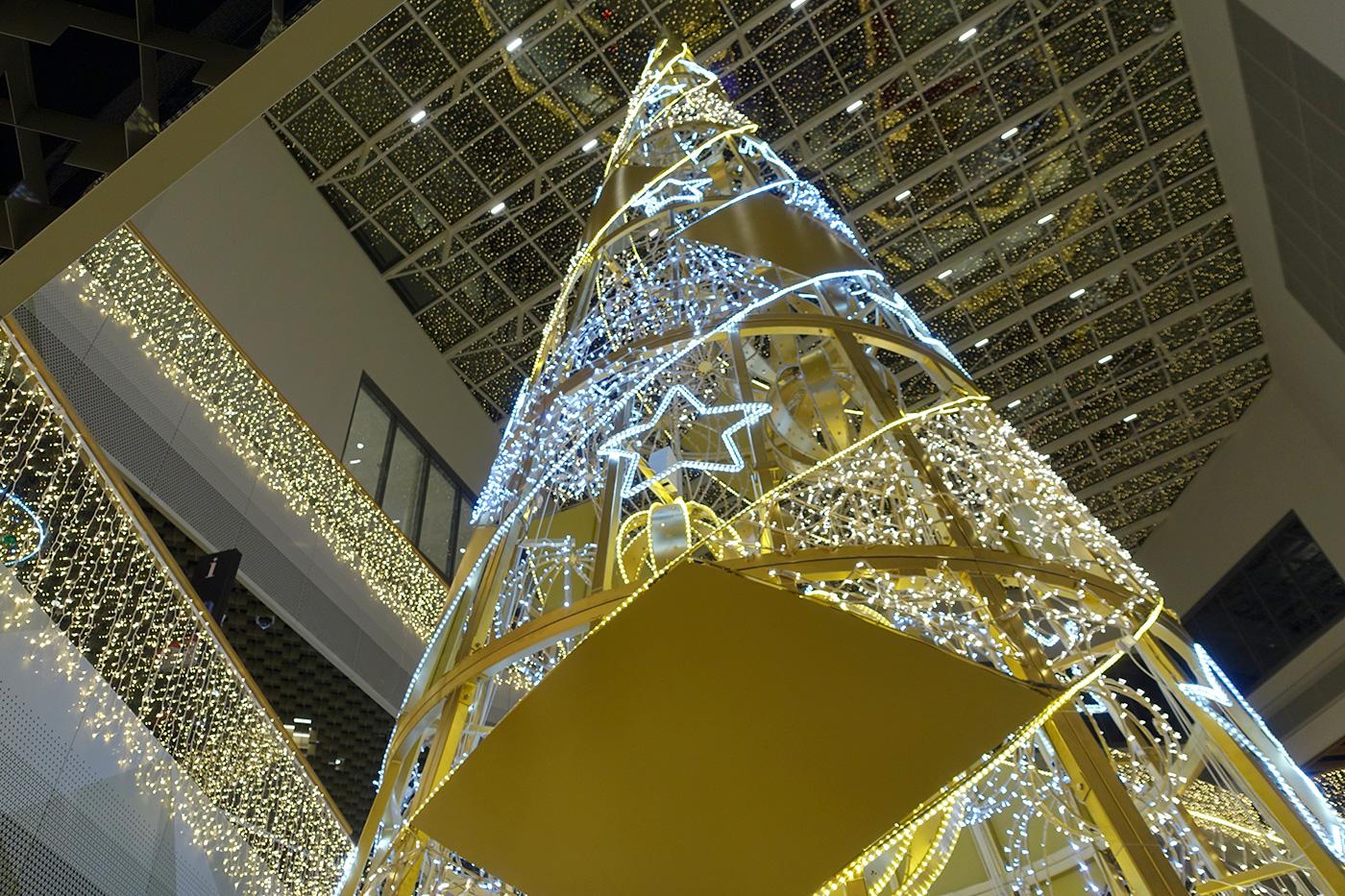 Über allem thront der metallene Weihnachtsbaum.