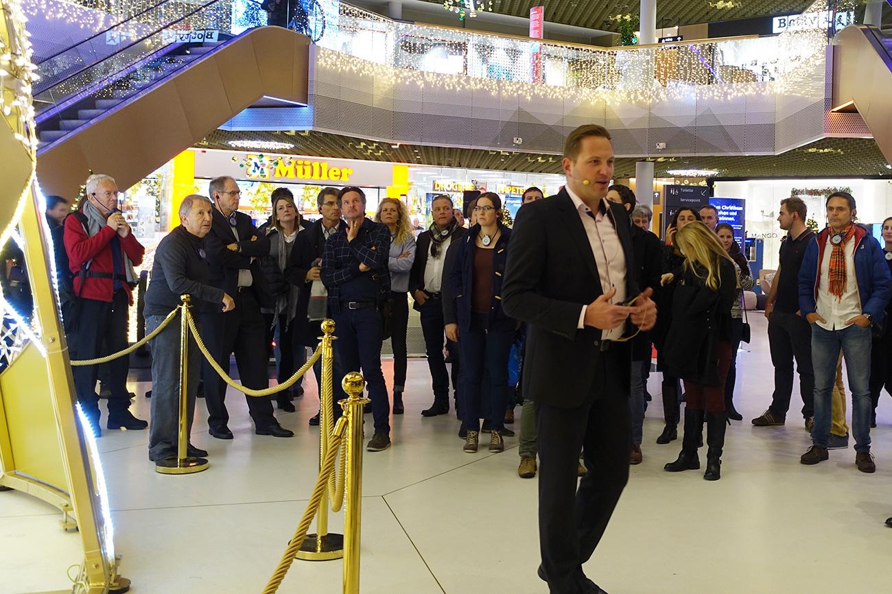 Centerleiter Jan Wengeler führt durch die weihnächtliche Mall of Switzerland.