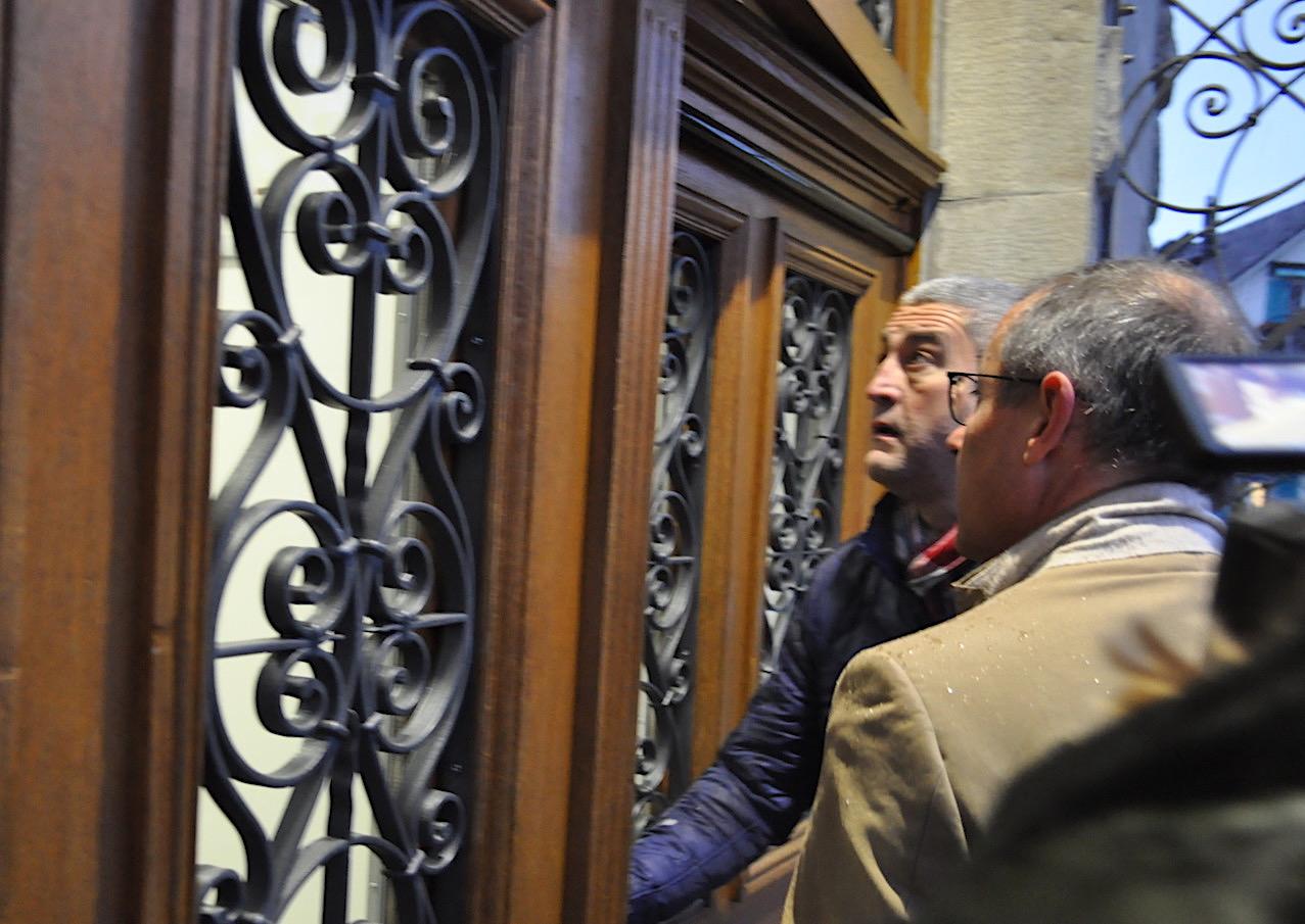 Ivo Romer (links) und sein Pflichtverteidiger Matthys Hausheer betreten das Gerichtsgebäude.