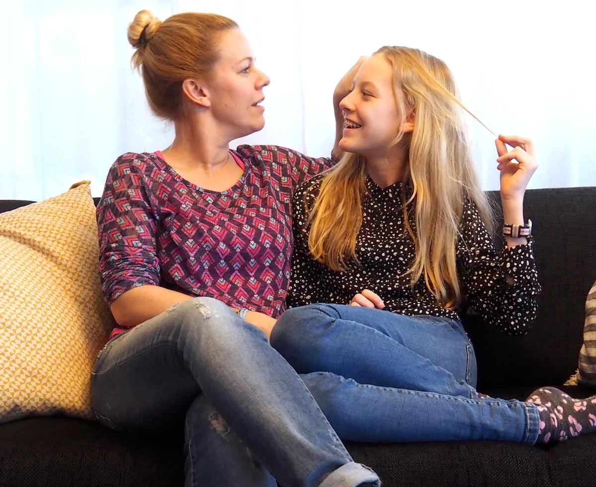Mutter und Tochter auf dem heimischen Sofa.