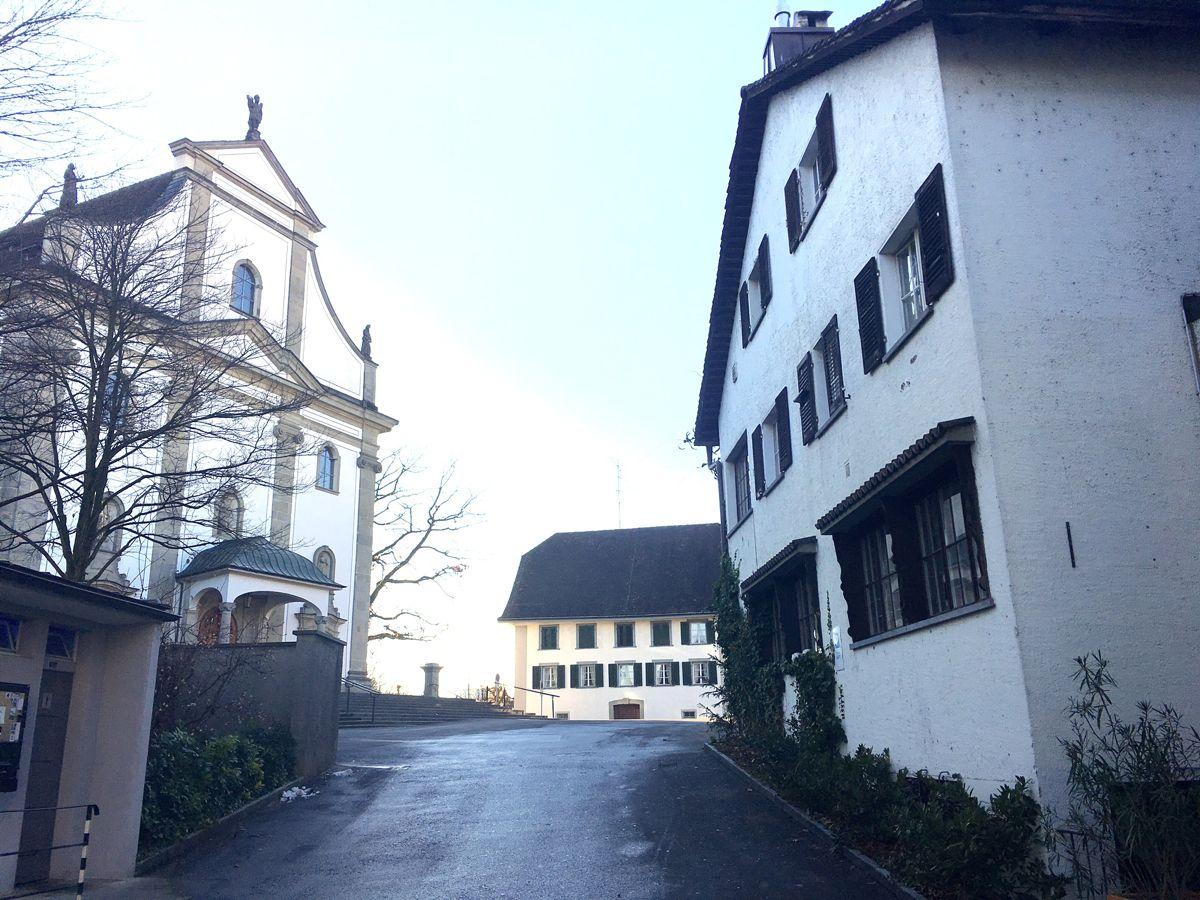 Die Liegenschaft des Café Plaza (rechts), links die katholische Kirche von Cham.