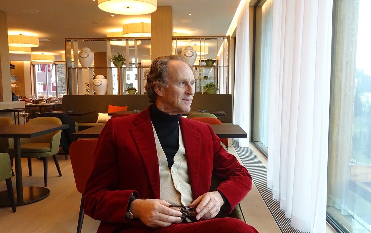 Matteo Thun, Stardesigner und -architekt, geniesst den Ausblick aus dem Restaurant Verbena im Bürgenstock Resort.
